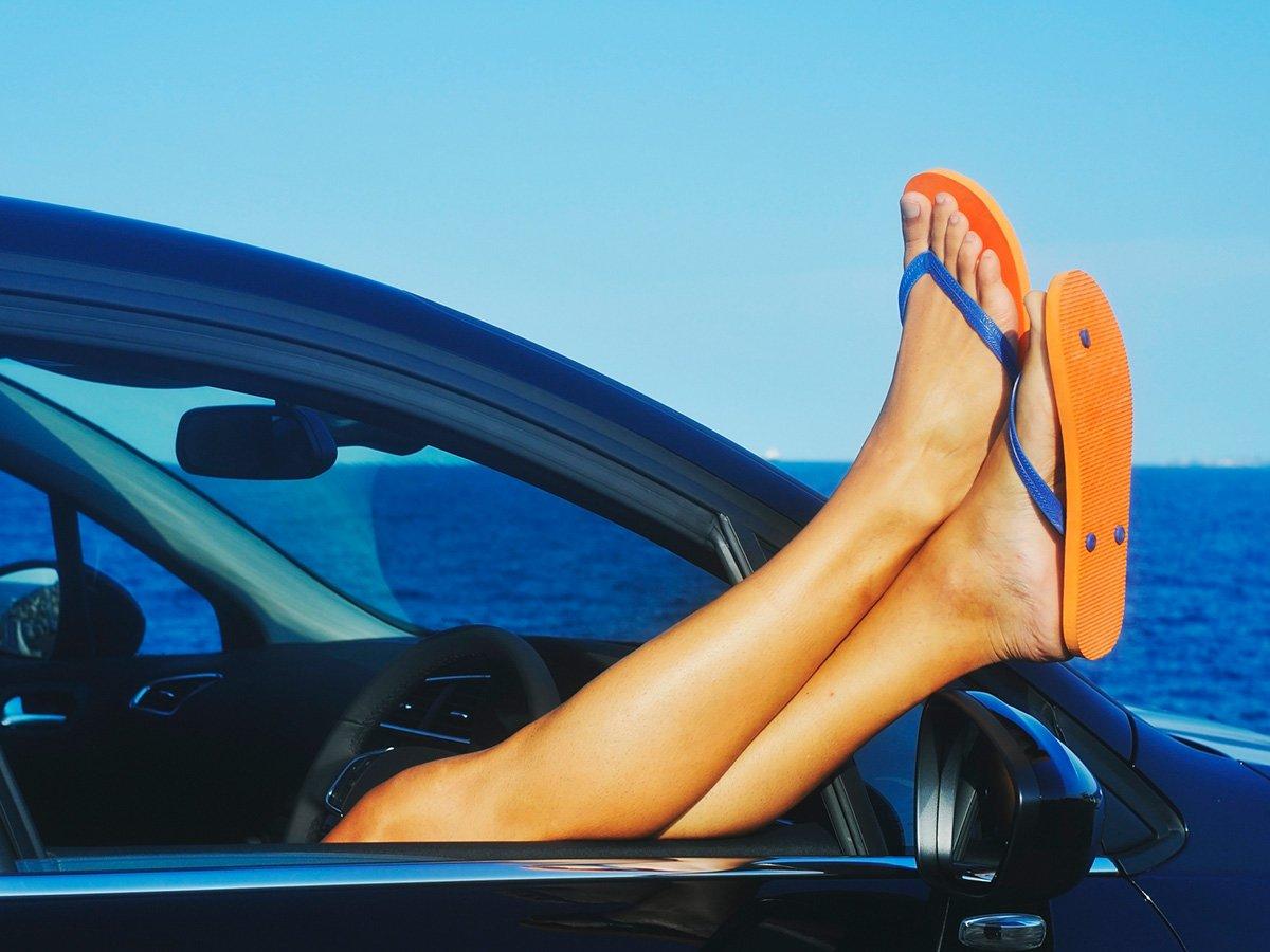 Gevaarlijk Verkeersgedrag Veroorzaakt Door Autorijden Met Slippers?